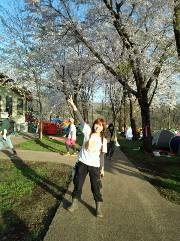 桜並木の下で。
